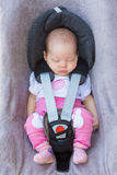 Neugeborenes Baby, das in einem Autositz sitzt Lizenzfreie Stockfotografie