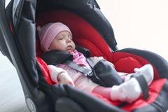 Neugeborenes Baby, das in einem Autositz sitzt Lizenzfreies Stockfoto