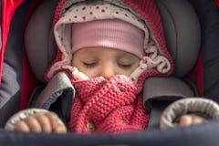 Neugeborenes Baby, das in einem Autositz sitzt Lizenzfreies Stockbild