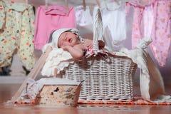 Neugeborenes Baby, das in einem Korb nachdem dem Waschen schläft Lizenzfreies Stockbild