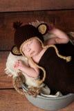 Neugeborenes Baby, das einen Affe-Hut trägt Stockfotografie