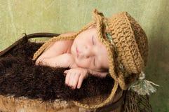 Neugeborenes Baby, das einen Fischen-Hut trägt Stockfotos