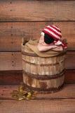 Neugeborenes Baby, das einen Piraten-Hut und eine Augenklappe trägt Stockbilder