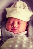 Neugeborenes Baby, das im Autositz schläft Stockfotografie