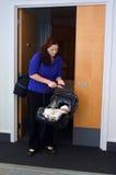 Neugeborenes Baby, das nach Hause vom Krankenhaus geht Lizenzfreie Stockfotos