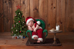 Neugeborenes Baby, das Santa Suit trägt Stockfoto