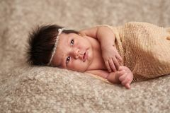 Neugeborenes Baby, das Sorge schaut stockfotografie