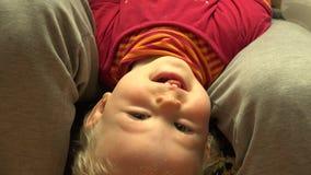 Neugeborenes Baby, das Spaß in den Mutter-Händen lacht und hat 4K UltraHD, UHD stock video