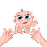 Neugeborenes Baby, das zu seiner Mutter auf dem Griff kriecht Lizenzfreies Stockbild
