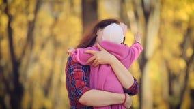 Neugeborenes Baby in den Armen der Mutter Natur im Herbst auf Hintergrund stock video footage