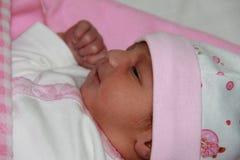 Neugeborenes Baby in den rosafarbenen Tüchern Stockfotos