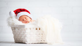 Neugeborenes Baby der Lagerschwelle in Weihnachts-Sankt-Kappe Lizenzfreies Stockfoto