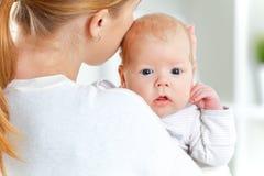 Neugeborenes Baby in der Umarmung der Mutter stockbild