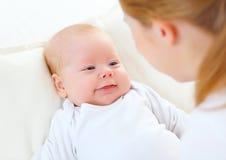 Neugeborenes Baby des Gesichtes in den Armen der Mutter Stockfoto