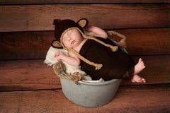 Neugeborenes Baby in einem Affe-Kostüm Stockfoto