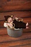 Neugeborenes Baby in einem Affe-Kostüm Lizenzfreies Stockbild