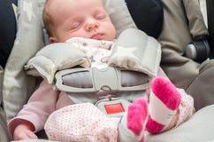 Neugeborenes Baby in einem Autositz Stockfoto