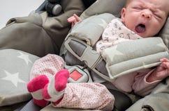 Neugeborenes Baby in einem Autositz Stockfotos
