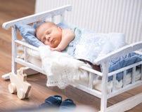 Neugeborenes Baby in einem kleinen Bett Lizenzfreie Stockfotografie