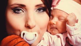 Neugeborenes Baby im Komfort von Müttern bewaffnet Lizenzfreies Stockbild
