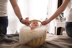 Neugeborenes Baby im Korb stockbilder