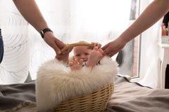 Neugeborenes Baby im Korb stockfotografie