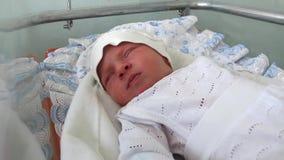Neugeborenes Baby im Kreißsaal stock footage