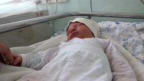 Neugeborenes Baby im Kreißsaal stock video