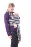 Neugeborenes Baby im Riemen stockfotos