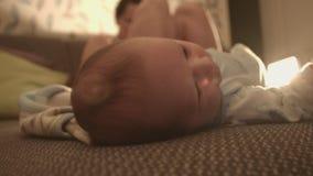 Neugeborenes Baby, Kind auf dem Bett stock video