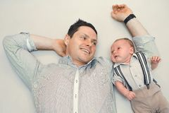 Neugeborenes Baby kleidete wie Herr mit seinem Vati an lizenzfreie stockfotografie