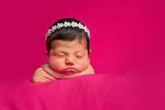 Neugeborenes Baby mit Bergkristall-Stirnband Lizenzfreie Stockfotos