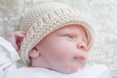 Neugeborenes Baby mit einem Wollhut Lizenzfreies Stockfoto