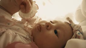Neugeborenes Baby mit Friedensstifter in ihrem Feldbett, Nahaufnahmeschuß stock footage