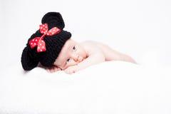 Neugeborenes Baby mit Hut auf dem Kopf, der auf Decke liegt Stockfotos