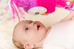 Neugeborenes Baby schaut überrascht Stockfotografie