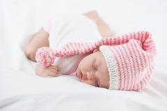 Neugeborenes Baby sieben-Wochen-Alter im Hut Lizenzfreie Stockbilder