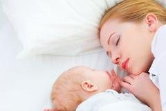 Neugeborenes Baby und Mutter, die zusammen schläft lizenzfreie stockfotografie