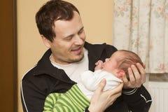 Neugeborenes Baby und Vater Stockfotos