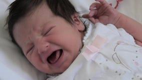 Neugeborenes Babyschreien stock video