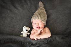Neugeborenes Babysleeping mit einem Spielzeug Stockfotos