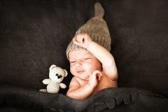 Neugeborenes Babysleeping mit einem Spielzeug Stockfotografie