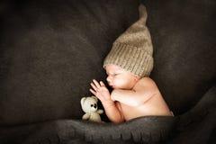 Neugeborenes Babysleeping mit einem Spielzeug Lizenzfreies Stockfoto