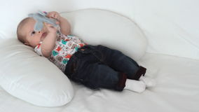 Neugeborenes Babyspielen stock footage