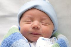 Neugeborenes eingewickelt im Blau Stockfotografie