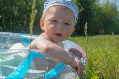Neugeborenes kaukasisches Baby, das weg zur Seite schaut Lizenzfreie Stockfotografie