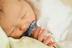 Neugeborenes Kind auf einem Auszug von der Geburtsklinik stockfoto