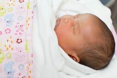 Neugeborenes Kinderbaby, das im Bett schläft Lizenzfreies Stockfoto