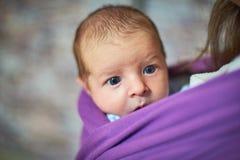Neugeborenes Kinderbaby in einem Riemen lizenzfreie stockfotografie