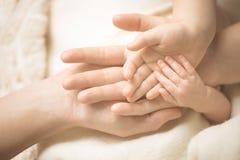 Neugeborenes Kinderhand Nahaufnahme der Schätzchenhand in Muttergesellschafthände Familien-, Mutterschafts- und Geburtskonzept lizenzfreies stockfoto